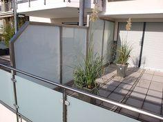 Schützen Sie Ihre Privatsphäre mit unseren hochwertigen #Sichtschutz-Elementen aus Edelstahl und blickdichtem Glas für Balkon, Terrasse und den Garten. Informieren Sie sich auf unserer Homepage oder rufen Sie uns an. Wir beraten Sie gern. Decor, Tiny Balcony, Home, Privacy Panels, Balcony Privacy Screen, Outdoor Retreat, Inspiration, Room Divider, Paneling