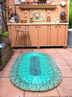 What do you do when your garden hose starts leaking? If the leak was in its end, then it's super easy to fix. But what if the leak was in the middle? Then you'll end up with too short pieces of that hose, which wouldn't be useful. So you would throw it away, right? Nope, there are many cool things you can make with this old leaking hose. You can use these items you make in your garden or in your home as well. Here are some of the best ways to repurpose your old garden hoses into g... Growing Ginger Indoors, Garden Mats, Garden Bed, Garden Hose, Growing Spinach, Outdoor Crafts, Outdoor Ideas, Outdoor Art, Outdoor Projects