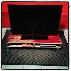 Mesa TV con ruedas y dos compartimentos inferiores
