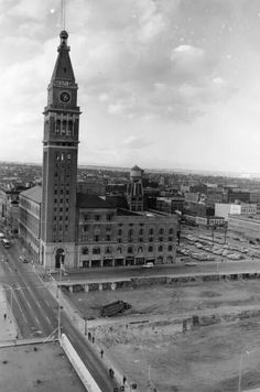 Daniels and Fisher tower and department store, 1968 at and Arapahoe before the tear down. Tower is still standing and in use. Notice all the open space, no parking lots! Jefferson Park, Denver Colorado, Old West, Amazing Bathrooms, Great Photos, American History, Big Ben, The Neighbourhood, Tower
