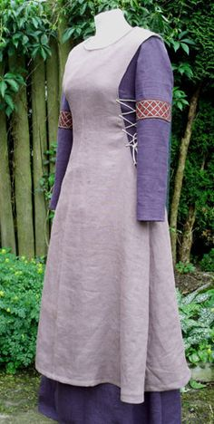 Plain surcoat over kirtle