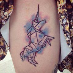 Joli tatouage origami licorne https://tattoo.egrafla.fr/2016/03/03/modele-tatouage-licorne/