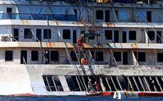Continuano i lavori per il rigalleggiamento della Costa Concordia all'Isola del Giglio. La partenza per Genova del relitto, però, potrebbe slittare a martedì 22 luglio a causa delle condizioni meteo –Le immagini inedite delle perizie sul relitto