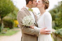 Bei dieser standesamtlichen Hochzeit kann das Brautpaar schwerlich leugnen, dass es auf grün steht ;-)! Wundervoll abgestimmte Accessoires runden ihr Outfit ab und tragen zu einem Tag bei, der sich sehen wahrlich lassen kann ... sieh' selbst!