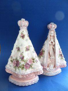 Linda e delicada imagem de N. Sra. Aparecida, com manto rosê e acabamento em strass .  Imagem de gesso com aplicação de decalques florais    PREÇOS ESPECIAIS PARA LOJISTAS