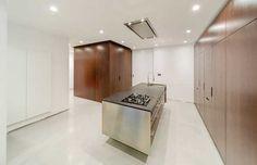Kuchyňský ostrůvek je opláštěný nerezem, jehož chlad vyvažuje jídelní stůl s plochou z masivních dubových desek.