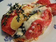 Zemiaky, cibuľu, cukety a paradajky narežeme na kolieska. Striedavo ich naskladáme do vymasteného pekáčika. Rozšľaháme Lučinu s mliekom,... Caprese Salad, Bruschetta, Sushi, Fit, Ethnic Recipes, Insalata Caprese
