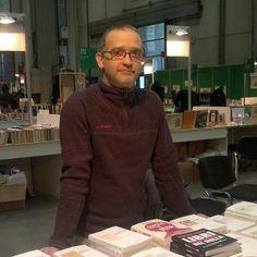 Simone a lavoro nello stand Biblohaus