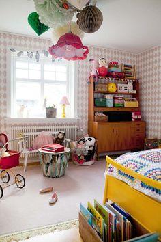 Värikkäitä yksityiskohtia ja joulukoti Retro Bedrooms, Retro Kids Rooms, Retro Girls, Retro Baby, Cool Kids Rooms, Kids Room Design, Retro Home Decor, Kids Decor, Kids Bedroom