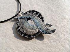 Howlit mezi vlnami - paličkovaný šperk