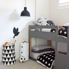 Zwart wit kinderkamer met hoogslaper - bekijk en koop de producten van dit beeld op shopinstijl.nl