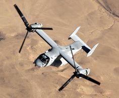 プロップローターの軸を水平にした状態の「固定翼機モード」でイラク上空を飛行する米海兵隊のMV22オスプレイ。オスプレイは当初、陸軍、空軍、海軍、海兵隊に配備される計画だったが、陸軍は導入をキャンセルし、現在は海兵隊型MV22、空軍型CV22の配備が進んでいる。海軍は導入計画はキャンセルしていないものの、独自タイプのHV22の開発は進んでいない=2007年11月10日(米海軍提供)【時事通信社】