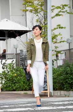 ピュア白コーデにミリタリージャケットで辛さをプラスした休日スタイル
