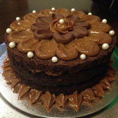 Bolo de chocolate recheado com doce de leite e ganache de chocolate ao leite