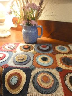 Salmagundi: PENNY RUGS - She put the pennies onto squares - nice Penny Rug Patterns, Wool Applique Patterns, Felt Applique, Print Patterns, Felted Wool Crafts, Felt Crafts, Diy Crafts, Sewing Crafts, Sewing Projects