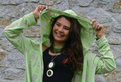 Casaco em malha  verde com franjas. Um charme para  usar no outono...