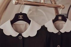 Amazing collars, buttons and Chanel hangers Peter Pan, Mademoiselle Coco Chanel, Vogue, Bronze, Classy And Fabulous, Vintage Chanel, Preppy, Fendi, Fashion Beauty