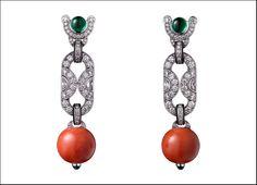 Étourdissant Cartier, orecchini Flamboyant in platino con due perle di corallo per un totale di 29,95 carati, smeraldi taglio cabochon, lacca nera, diamanti a forma di mezza luna e taglio brillante