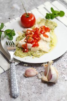 Préparation : 30 min Cuisson : 40 min Pour 4 personnes : La raie : -800 g d'ailes de raie -1 de court bouillon -4 tomates grappes La sauce vierge : -2 tomates -1 gousse d'ail -5 feuilles de menthe -Le jus d'1/2 citron -Huile d'olive -Sel, poivre La purée... Pesto, Tomate Grappe, Caprese Salad, Desserts, Food, Juice, Tomatoes, Seafood Recipes, Cooking Recipes