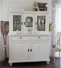 Schrank mit Kreidefarbe gestrichen (CreativLIVE) Soooooooooo many questions about the cabinet and th Shabby Chic Interiors, Shabby Chic Bedrooms, Shabby Chic Furniture, Vintage Buffet, Repainting Furniture, Shabby Look, Shabby Vintage, Painting Cabinets, Furniture Makeover