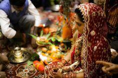 """India  Retrato de casamento. As noivas indianas, tradicionalmente, vestem """"saris"""" vermelhos ricamente ornamentados com fios dourados e pérolas."""