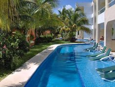 El Dorado Seaside Suites, by Karisma: Swim up rooms, bar in far background, ideal rooms located on right.