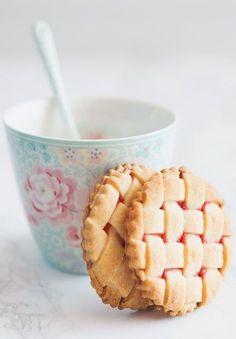 enrejados de fresas - strawberry lattice cookies recipe (in Spanish) Köstliche Desserts, Delicious Desserts, Yummy Food, Cookie Recipes, Snack Recipes, Biscuit Cookies, Jam Cookies, Something Sweet, Cookie Bars