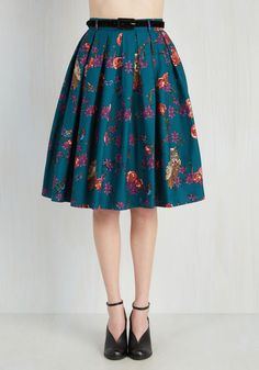 A breezy afternoon among feathered friends calls for this teal skirt! Your style takes flight as you study each species in the bird and bloom print - and the velvety black belt - of this pocketed midi, which will have your fellow avian enthusiasts chirping all about its pleated perfection.
