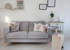 Ein helles Sofa mit Kindern