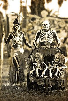 Shop for dress up clothes There may be a small mark-up once an item is designated for Halloween. Halloween is among the most enjoyable times of the year to have an intelligent home. Fete Halloween, Halloween Photos, Family Halloween Costumes, Halloween 2018, Holidays Halloween, Vintage Halloween, Halloween Makeup, Happy Halloween, Halloween Decorations