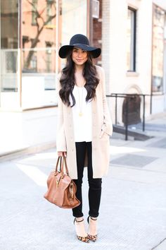 Black floppy hat, cashmere sweater and leopard heels. Outfits With Hats, Fall Outfits, Cute Outfits, Floppy Hat Outfit, White Oversized Sweater, White Sweaters, Vogue, Autumn Winter Fashion, Fashion Spring