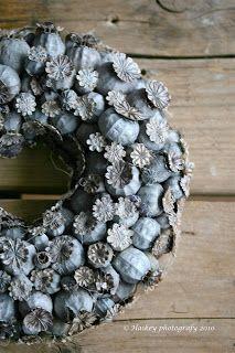 Seed Pod Wreath - poppy seed pods, glued onto a Styrofoam wreath form and spray painted - via Haikeys : Krans van zaaddozen Arte Floral, Deco Floral, Floral Design, Diy Wreath, Burlap Wreath, Wreath Ideas, Greenery Wreath, Grapevine Wreath, Christmas Wreaths