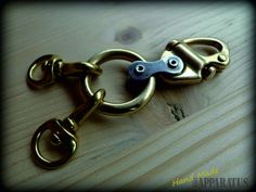 A beautiful, personalized Keychain in cast bronze of excellent vintage biker style finishes. The bike chain link, gives you a biker touch, but also industrial and sailor; It is nice to touch both the view and is perhaps one of those details that does not go unnoticed in view of the lovers of different things, that only handmade is achieved.  Total length: 9 cm. width Max: 3 cm. Weight: 32 gr.