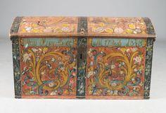 Liten rosemalt kiste med rød bunnfarge, Telemark, ant. av Glittenberg, eiernavn: Orm Olssen Berge 1848. L: 91 cm. H: 50 cm. Def. lås. Prisantydning: ( 25000 - )