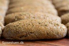 Små lækre rugbrød til picnic kurven, madpakken, morgenmaden eller til et mellemmåltid. Jeg har krydret dejen med fennikelfrø, der har fået en tur i morteren. Det giver en skøn smag :-) Dejen her eg…