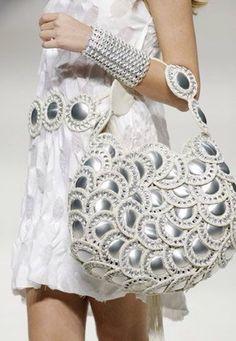 bolso con anillas y fondos de lata