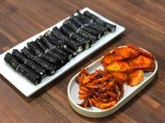 유튜버 입짧은햇님 님이 충무김밥 한가득쌓아놓고 먹방하시는 모습에 또 뽐뿌 팍팍...사 먹으면 오징어... Grill Pan, Cake Recipes, Grilling, Cooking, Kitchen, Korean, Food, Griddle Pan, Recipes For Cakes