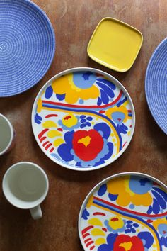 Marimekko's Oiva - Karuselli plates. From the blog Vihreä talo. Ceramic Painting, Ceramic Art, Three Primary Colors, Diy Tableware, China Art, Modern Ceramics, Ceramic Design, Marimekko, Vintage Ceramic