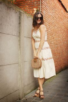 Adorable retro look with a vintage dress and box purse.