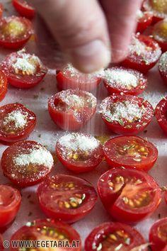 Durch das Trocknen der Tomaten entwickeln sie diese spezielle Süsse, die man eben von getrockneten Tomaten kennt, aber da die Tomaten nurhalbgetrocknet werden, bleiben sie gleichzeitig auch noch herrlich saftig ! Sweet Home, Food And Drink, Menu, Healthy Recipes, Vegan, Vegetables, Ketchup, Sandro, Tomato Paste