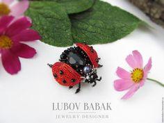 Купить или заказать Брошь 'Ladybird' в интернет-магазине на Ярмарке Мастеров. Яркая и очень позитивная брошь в виде божьей коровки. Украшение довольно небольшое - всего 4 см. Очень тонкая ручная работа. В работе черный кристалл, натуральная жемчужина красивого насыщенного сине-фиолетового оттенка, много хрустальных бусин и 'горящий' ярко-красный бисер. ____________________________________________________________ Украшение идет в подарочной упаковке!