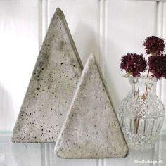 Lav dekorative træer i beton. Brug trekantede æsker som støbeform.