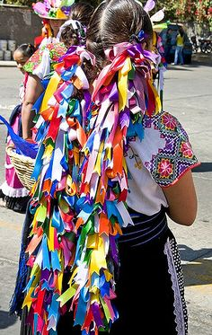wedding veil alternative idea, mexican wedding, wedding, México - Celebration in Uruapan, Michoacán. Mexican Style, Mexican Folk Art, Mexican Hairstyles, Mexico People, Mexican Costume, Costumes Around The World, Mexico Culture, Mexican Dresses, Mexican Clothing