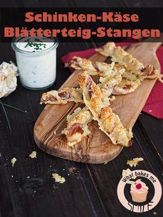 Nur drei Zutaten ergeben diesen leckeren Partysnack: Blätterteigstangen mit Rohschinken und Käse. Fingerfood, Snack