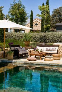 decorar zona piscina con muebles de exterior