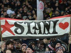 Wie in alten Zeiten: Wenn Holger Stanislawski ans Millerntor kommt, dann jubeln die Fans von St. Pauli ihrem Urgestein zu. Auch, wenn «Stani» mittlerweile Trainer beim 1. FC Köln ist und Zweitliga-Konkurrent der Hausherren. (Foto: Marcus Brandt/dpa)