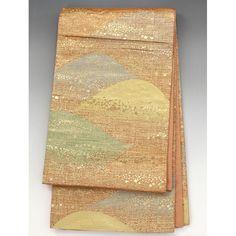 袋帯(未仕立て) 朱や紫、緑の山に金の織柄【送料無料】 【中古】【仕立て上がりリサイクル帯・リサイクル着物・リサイクルきもの・アンティーク着物・中古着物】朱色や水色、紫に緑などの山々に金の織込みや小さな四角柄が入っています。  <シチュエーション> お着物と合わせて豪華にお召し頂けます。  <風合> ざらつき感のある手触りの生地風合いです。  <状態>  ※未仕立てですので、画像のように垂先や手先が開くようになっています。  使用感があり、シワや折り目がありますが特に目立つ汚れは無く状態良好ですので、お気軽にお召し頂けます。