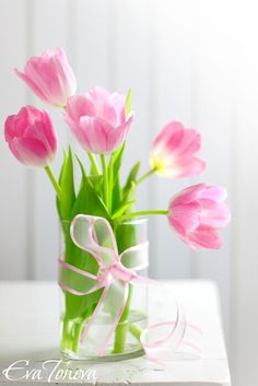 A clear drinking glass, a jar or a vase. All work well with tulips and allowing the green stem to show, in he water is pat of it's` charm. So nice. My Flower, Fresh Flowers, Spring Flowers, Colorful Flowers, Flower Art, Beautiful Flowers, Tulip Bouquet, Pink Tulips, Flower Wallpaper