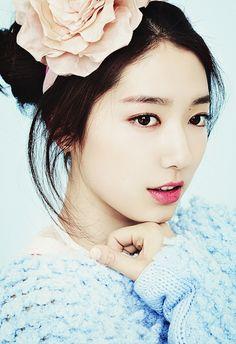Korean actress park shin Hy , make…眉にcurveをつけず 太めがnatural