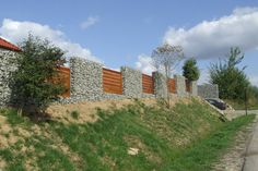 Gabionenzaun Ideen - Eine Mauer mit Holzelementen imitieren